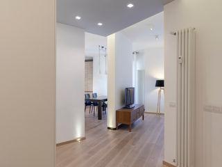 """Casa """"IP"""" interni prospettici MAMESTUDIO Ingresso, Corridoio & Scale in stile moderno"""