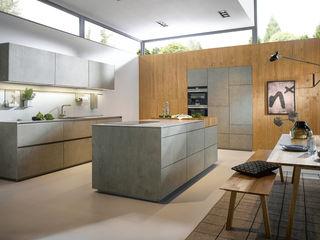 Puristische Inselküche von next125 Spitzhüttl Home Company Moderne Küchen Grau