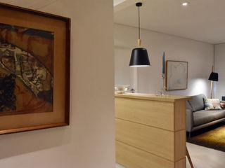 Apartamento de Publicitário Estrangeiro Enzo Sobocinski Arquitetura & Interiores Corredores, halls e escadas modernos Derivados de madeira Amarelo