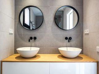 08023 Architects Modern style bathrooms Ceramic Grey