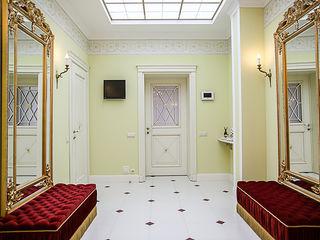 Дизайнер Ольга Айсина クラシカルスタイルの 玄関&廊下&階段