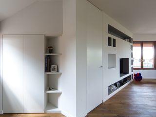 Penthouse ristrutturami Soggiorno minimalista Legno Bianco