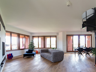 Penthouse ristrutturami Soggiorno minimalista Legno Grigio
