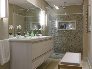 Tikkanen arquitetura 現代浴室設計點子、靈感&圖片