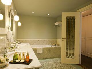 Çağlar Wood House Ванная в средиземноморском стиле Дерево Белый