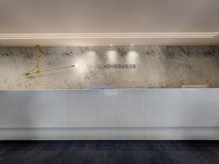 Arquitetura Sônia Beltrão & associados Minimalistische Ladenflächen Glas Weiß