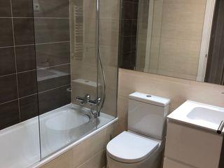 Reforma de Vivienda ESTUDIO FRANCIA INTERIORISMO Baños de estilo moderno Compuestos de madera y plástico Gris