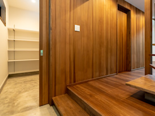 軽井沢別荘建築 ベストプランニング Eklektyczny korytarz, przedpokój i schody