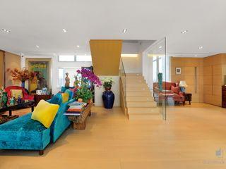 Grand House At Repulse Bay Road,Hong Kong Darren Design & Associates 戴倫設計 Modern living room Wood Wood effect