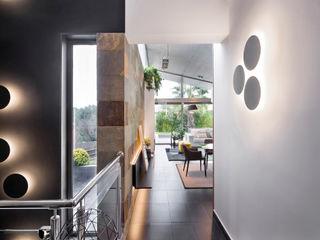Egue y Seta Corredores, halls e escadas modernos