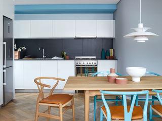 Restyling e Color Design per Appartamento a Città del Capo Alessandra Pisi / Pisi Design Architetti Sala da pranzo moderna
