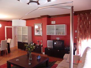 Proyecto y Reforma de Vivienda Unifamiliar. Cantabria ESTUDIO FRANCIA INTERIORISMO Salones de estilo ecléctico Multicolor