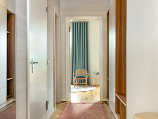 CONSCIOUS DESIGN - INTERIORS 現代風玄關、走廊與階梯 木頭 Red