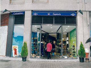 Proyecto y Ejecución Locales Comerciales. Tienda de Venta de Calzados y Complementos ESTUDIO FRANCIA INTERIORISMO Oficinas y tiendas de estilo rústico