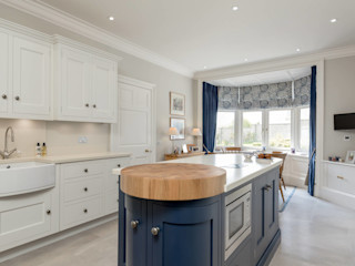 Simple and elegant kitchen by Christopher Howard Christopher Howard Built-in kitchens Wood Blue