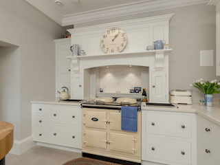 Simple and elegant kitchen by Christopher Howard Christopher Howard Built-in kitchens Wood White