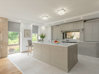 Classic kitchen in Grey by Christopher Howard Christopher Howard Built-in kitchens Wood Grey