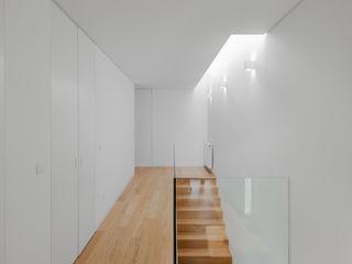 Tiago do Vale Arquitectos Corredores, halls e escadas minimalistas Madeira maciça Branco
