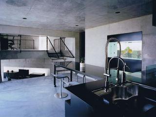三角敷地の家 murase mitsuru atelier モダンデザインの リビング