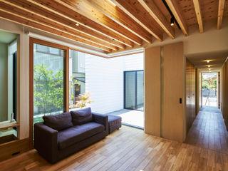 細長敷地の家 murase mitsuru atelier モダンデザインの リビング