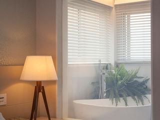 Bianka Mugnatto Design de Interiores Baños de estilo moderno Vidrio Blanco