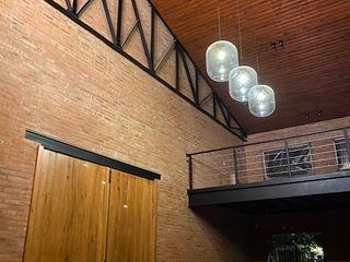 Casa Galpón . Vivienda unifamiliar con garage para autos de colección y estudio de música Fainzilber Arqts. Salones rústicos rústicos Ladrillos