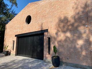 Casa Galpón . Vivienda unifamiliar con garage para autos de colección y estudio de música Fainzilber Arqts. Casas unifamiliares Ladrillos