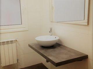 Reforma apartamento en Vigo ARDEIN SOLUCIONES S.L. Baños de estilo moderno Cerámico Blanco