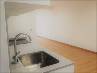 Reforma apartamento en Vigo ARDEIN SOLUCIONES S.L. Cocinas pequeñas Madera Blanco