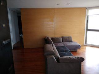 REFORMA DE ATICO EN ESCALA DE GRISES A interiorismo by Maria Andes Salones de estilo moderno