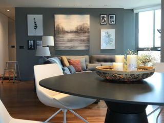 REFORMA DE ATICO EN ESCALA DE GRISES A interiorismo by Maria Andes Salones de estilo moderno Madera Gris