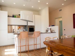Nuova vita a un appartamento per giovane ragazza Aire Studio Associato Cucina moderna