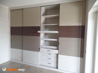 Armadio a muro con diverse tinte Falegnamerie Design Camera da letto moderna Legno Variopinto