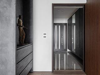 墨域。層次 存果空間設計有限公司 現代風玄關、走廊與階梯