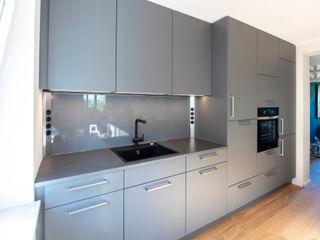 Küchenzeile mit Kochinsel Markus Wolf - Der Meister Moderne Küchen Holz-Kunststoff-Verbund Grau