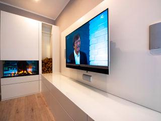 Entertainment-Möbel mit elektrischem Kamin Markus Wolf - Der Meister Moderne Wohnzimmer Weiß