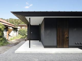 065相模原 I さんの家 atelier137 ARCHITECTURAL DESIGN OFFICE クラシカルスタイルの 玄関&廊下&階段 灰色