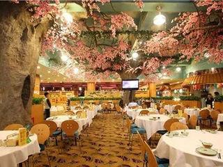 Use Artificial Plants in Interior Space Decor-- Restaurant Sunwing Industries Ltd Espaços comerciais modernos Compósito de madeira e plástico Rosa