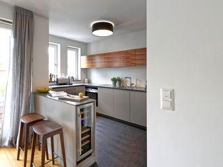 Heerwagen Design Consulting ห้องครัวขนาดเล็ก ไม้ Grey