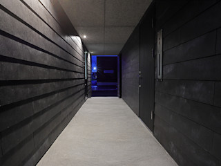 GAKUの家 一級建築士事務所 Atelier Casa モダンスタイルの 玄関&廊下&階段 黒色