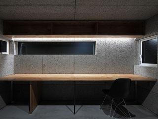GAKUの家 一級建築士事務所 Atelier Casa モダンデザインの 書斎 灰色