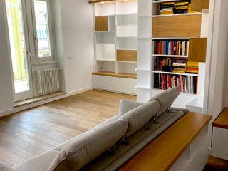 Soggiorno con parete attrezzata e libreria Falegnamerie Design Soggiorno moderno Legno