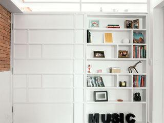 Raphael Civille Arquitetura Scandinavian style living room Wood White