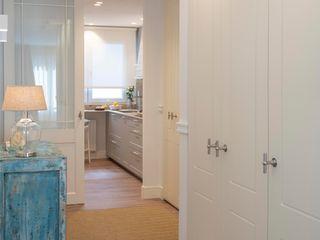 Reforma integral de piso convertido en acogedor hogar Sube Interiorismo Pasillos, vestíbulos y escaleras de estilo clásico Blanco
