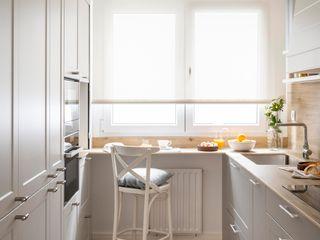 Reforma integral de piso convertido en acogedor hogar Sube Interiorismo Cocinas pequeñas Blanco
