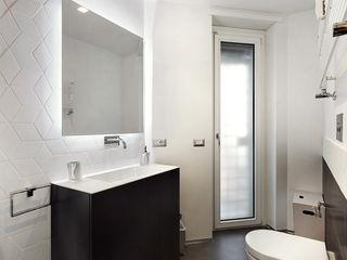 Blanche - Progettazione e ristrutturazione appartamento Roma EUR Gruppo Castaldi | Roma Bagno minimalista Bianco