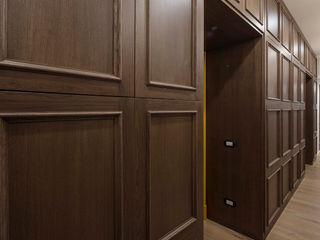 Progettazione e ristrutturazione di un appartamento di 190 MQ | Ristrutturazione Roma Parioli Gruppo Castaldi | Roma Ingresso, Corridoio & ScalePortabiti & Guardaroba Legno