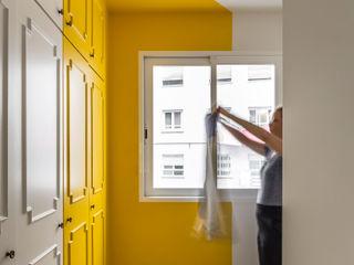 Vivienda en Ciudad Universitaria tambori arquitectes Dormitorios modernos: Ideas, imágenes y decoración Amarillo