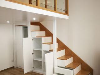 Soppalco in legno con armadio nel sottoscala Falegnamerie Design Soggiorno moderno Legno Bianco