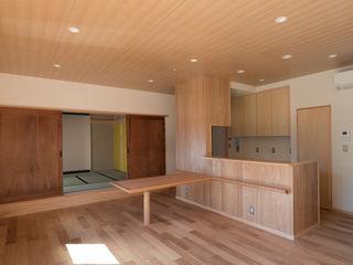 『住み継ぎ』のための住宅建て替え(入間市) (株)独楽蔵 KOMAGURA オリジナルデザインの リビング